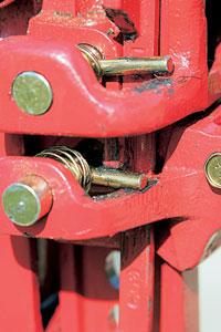 """Механизмы трех моделей вполне надежны. Иногда со временем ломаются тонкие трубочки-ограничители хода опорных пальцев у """"Сорокина"""". В """"лифтах"""" используются более долговечные цельные штырьки.'"""