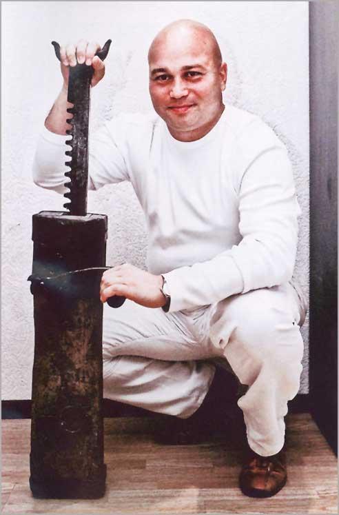 Илья Сорокин с экспонатом своей коллекции дократов