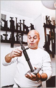 Илья Сорокин с домкратом от «Виллиса»